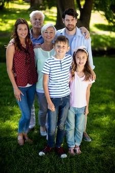 Gelukkige familie die van meerdere generaties zich in park bevindt