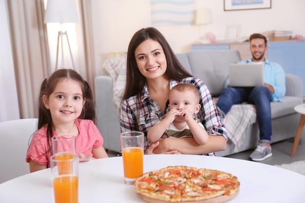 Gelukkige familie eten op keuken