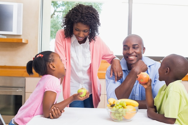 Gelukkige familie fruit samen