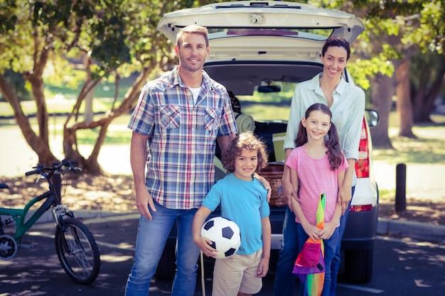 Gelukkige familie gaan voor een camping in het park