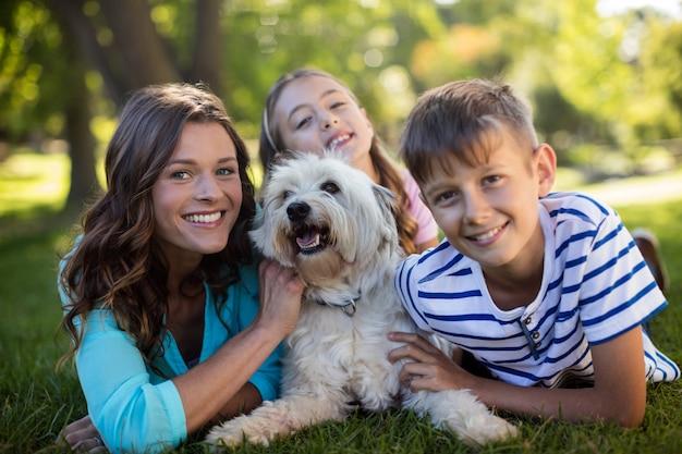 Gelukkige familie genieten in park