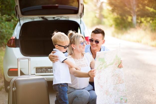 Gelukkige familie genieten van autorit en zomervakantie