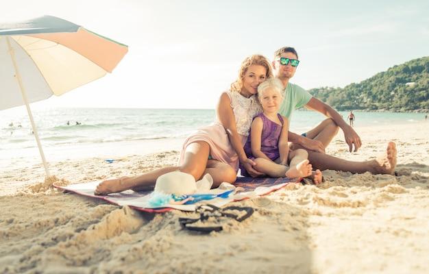 Gelukkige familie genieten van tijd op het strand