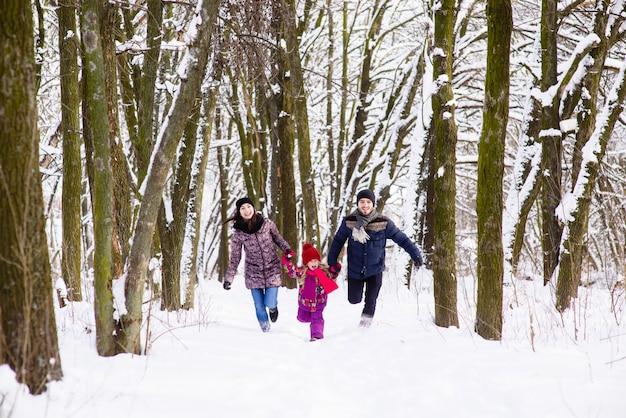 Gelukkige familie gerund in winter forest