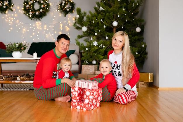 Gelukkige familie geschenken thuis uitpakken