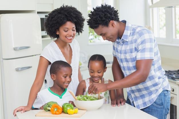 Gelukkige familie groenten samen voorbereiden