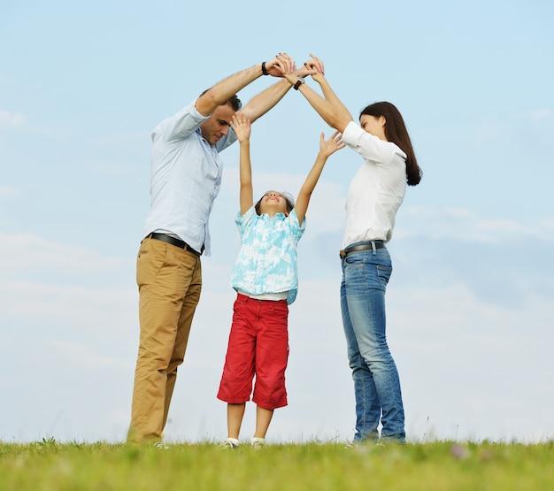 Gelukkige familie in aard die pret hebben die nieuw huisconcept maakt