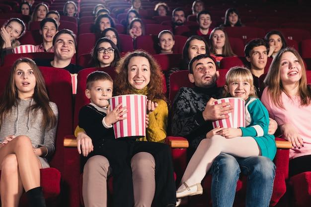 Gelukkige familie in de film