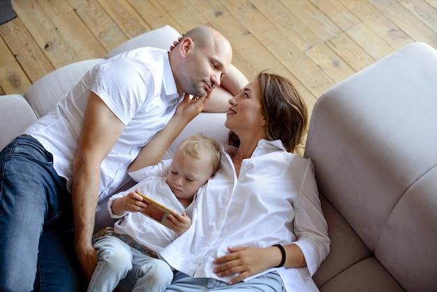 Gelukkige familie in de kamer samen