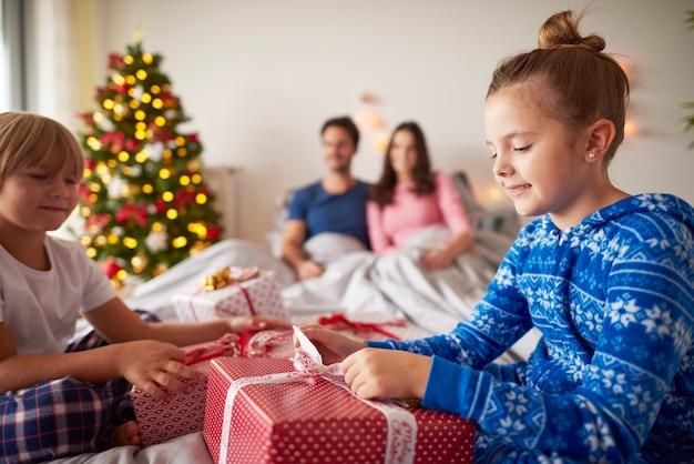 Gelukkige familie in de kersttijd