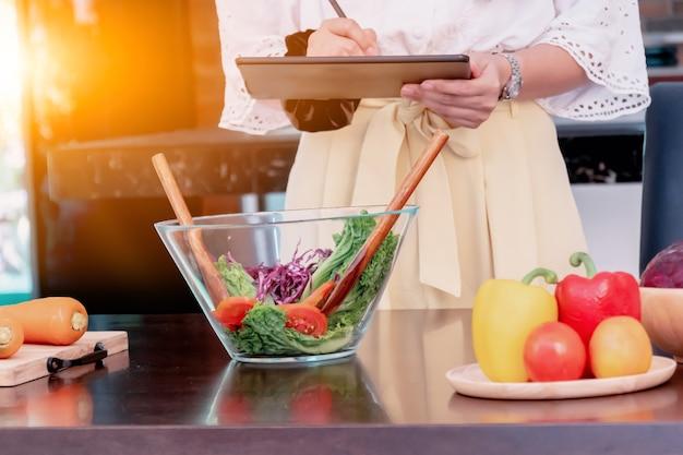 Gelukkige familie in de keuken. kook gezond voedsel in de zomervakantie.