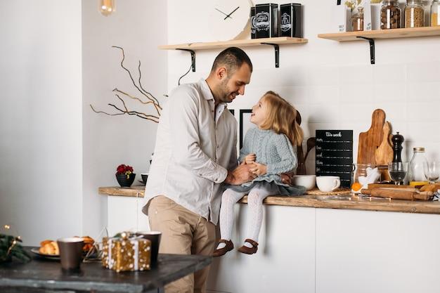 Gelukkige familie in de keuken.