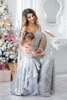Gelukkige familie in elegante kleding in het nieuwe jaarinterieur