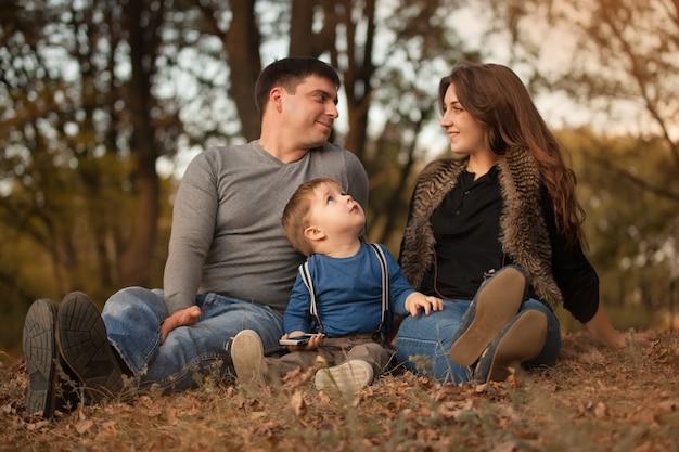 Gelukkige familie in herfst bos