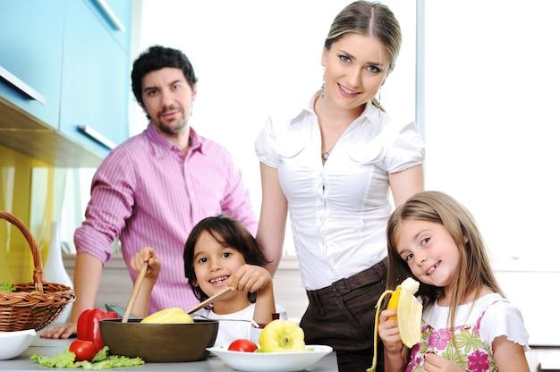 Gelukkige familie in het keuken kokende diner samen