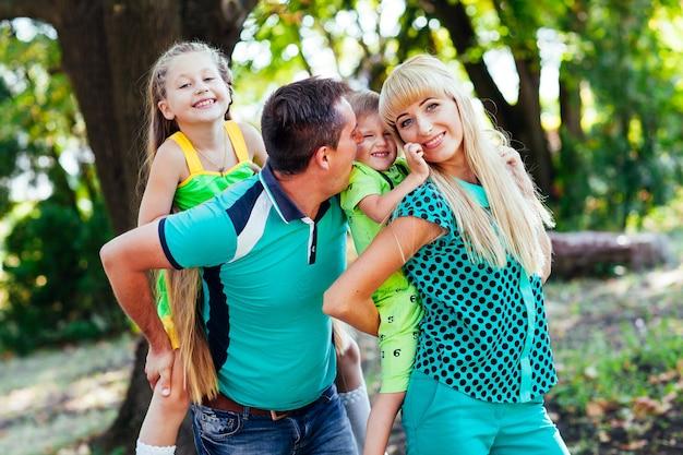 Gelukkige familie in het park. geluk.