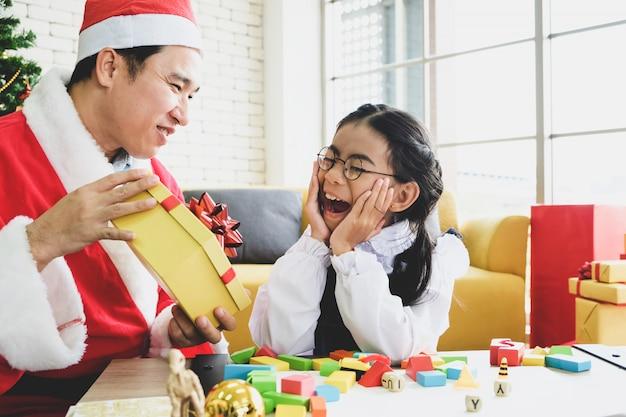 Gelukkige familie in het seizoen van kerstmis.