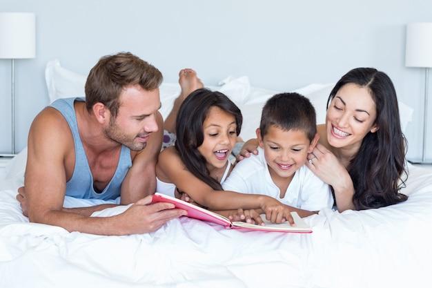 Gelukkige familie in hun slaapkamer