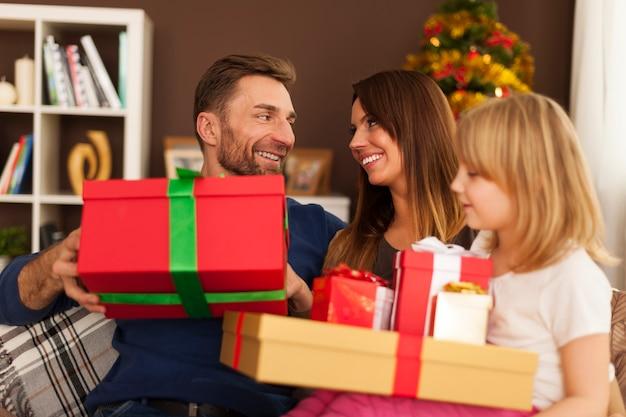 Gelukkige familie in kerstmistijd thuis