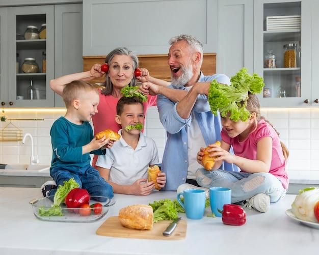 Gelukkige familie in keuken middelgroot schot