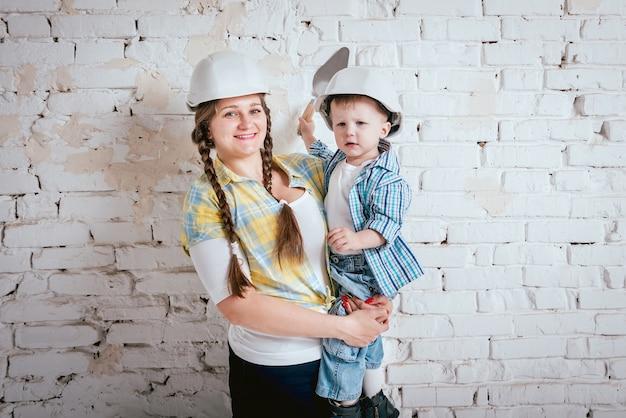 Gelukkige familie in nieuw huis. bouw en renovatie