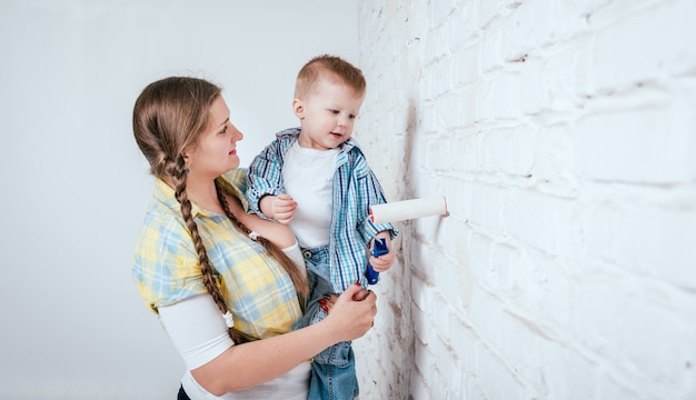 Gelukkige familie in nieuw huis. bouw, reparatie, interieur.