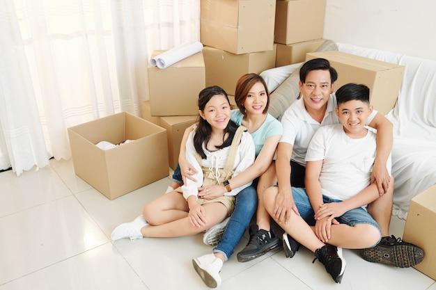 Gelukkige familie in nieuwe woonkamer