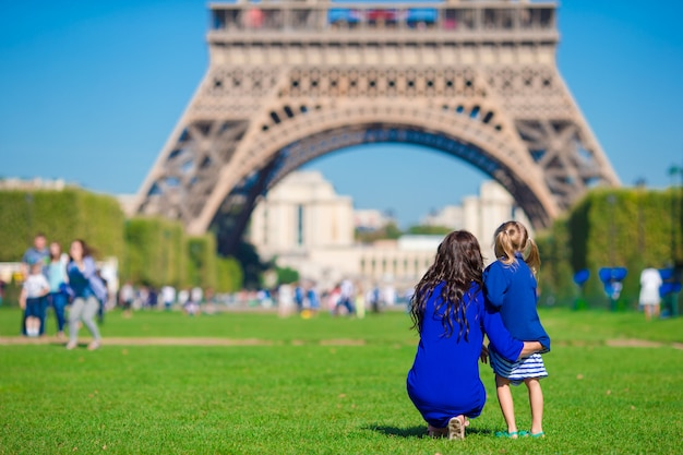 Gelukkige familie in parijs eiffel op franse vakantie