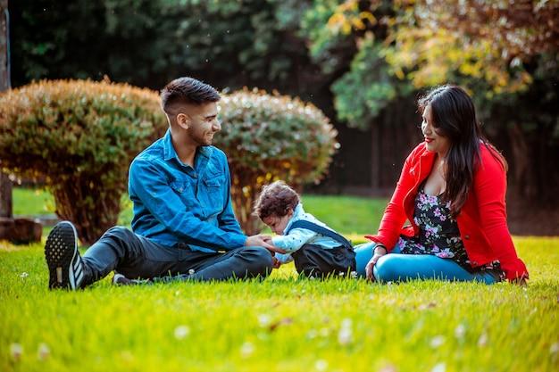 Gelukkige familie in park met hun zoontje