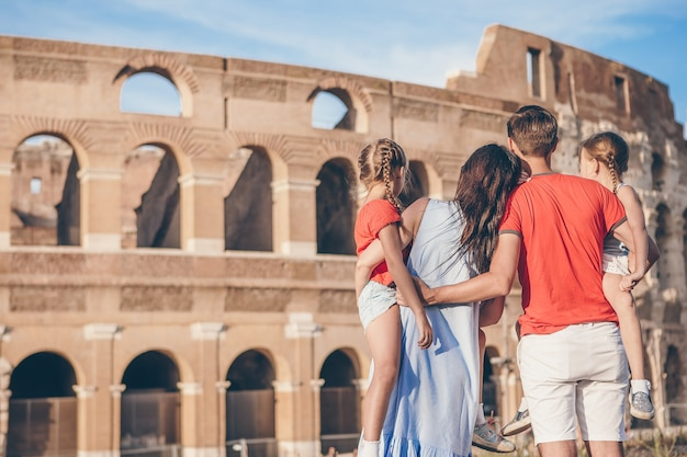 Gelukkige familie in rome over colosseum,