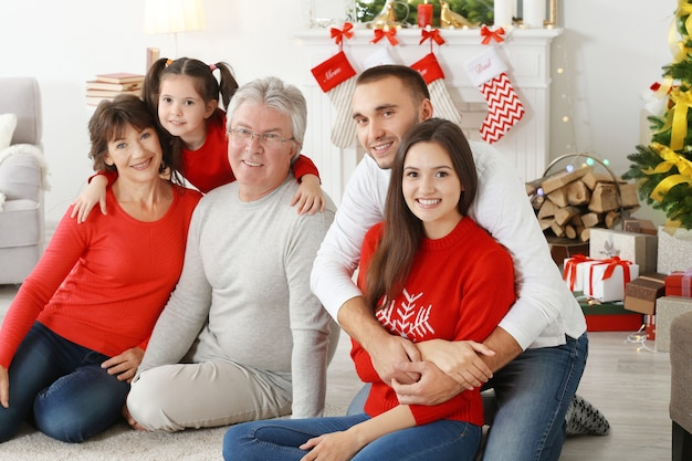 Gelukkige familie in woonkamer ingericht voor kerstmis