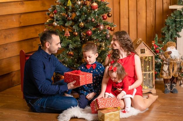 Gelukkige familie kerstmis thuis doorbrengen
