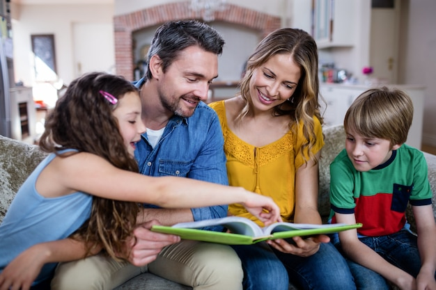 Gelukkige familie kijken naar een fotoalbum