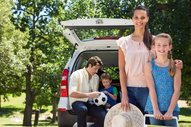 Gelukkige familie klaar voor road trip
