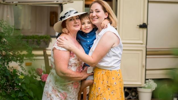 Gelukkige familie knuffelen voor een foto