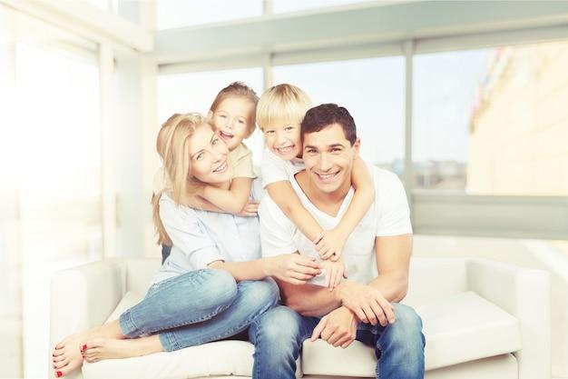 Gelukkige familie leesboek thuis