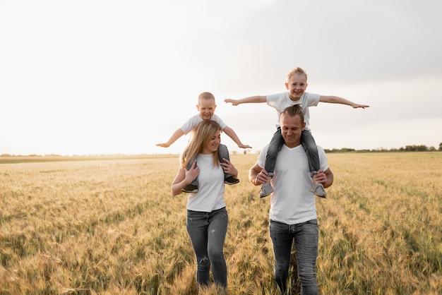 Gelukkige familie loopt in de frisse lucht.