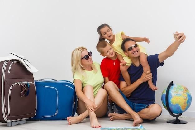 Gelukkige familie met bagage is klaar om te reizen.