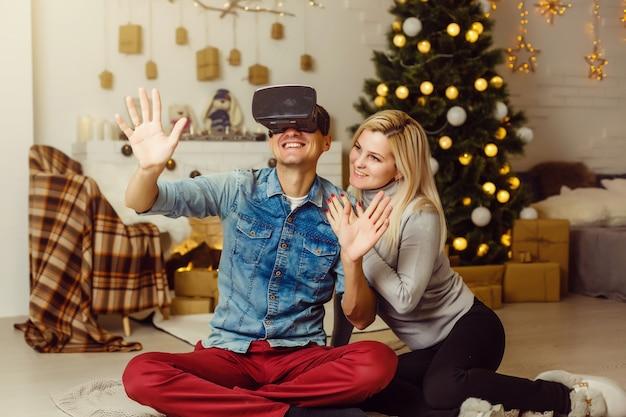 Gelukkige familie met behulp van virtual reality vr-bril in kerstmis