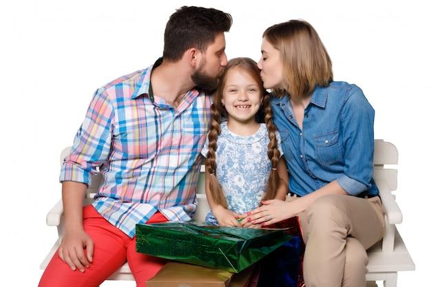 Gelukkige familie met boodschappentassen zitten