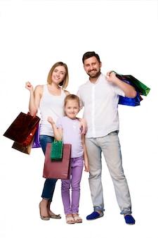 Gelukkige familie met boodschappentassen