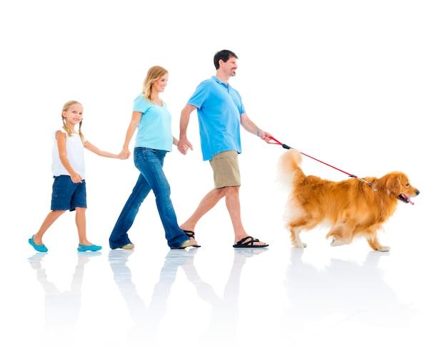 Gelukkige familie met een hond