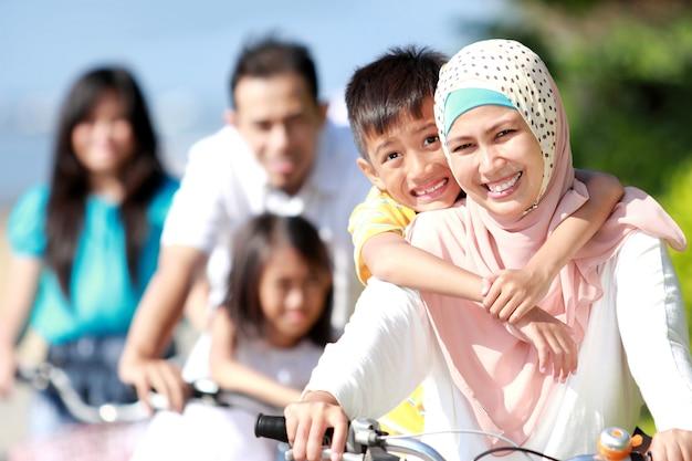 Gelukkige familie met fietsen