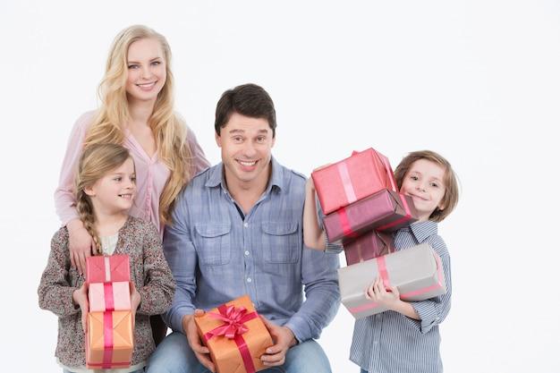 Gelukkige familie met geschenken.