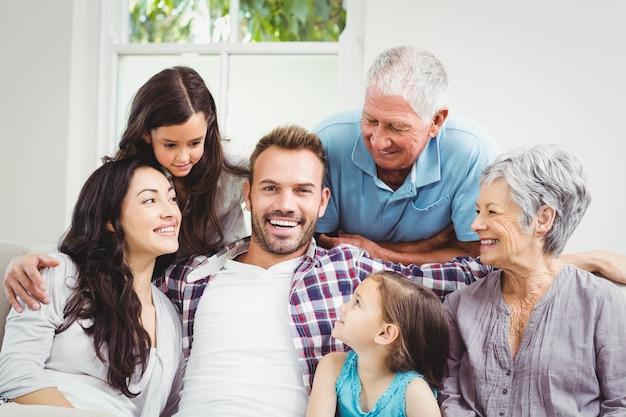 Gelukkige familie met grootouders