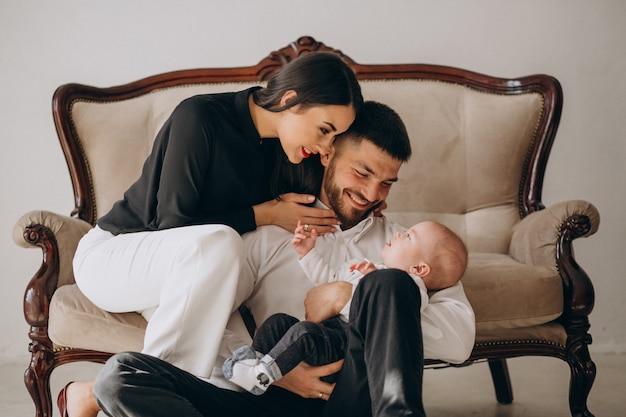 Gelukkige familie met hun eerste kind