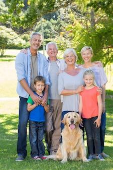 Gelukkige familie met hun hond lacht naar de camera