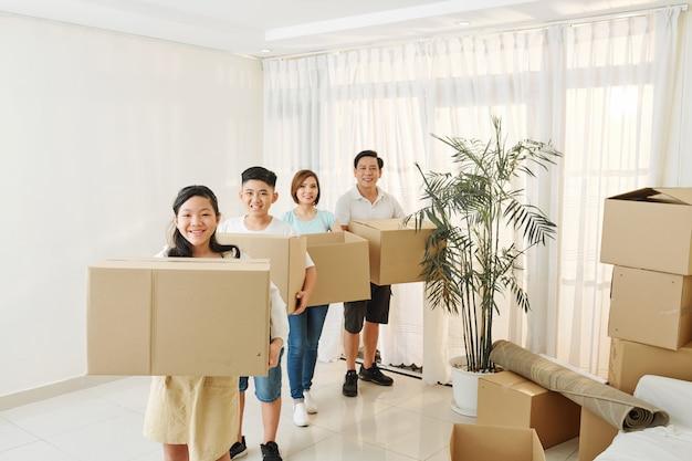 Gelukkige familie met kartonnen dozen
