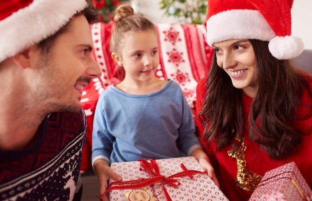 Gelukkige familie met kerstmis met cadeautjes