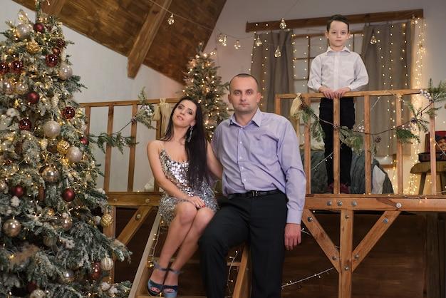 Gelukkige familie met kerstmis